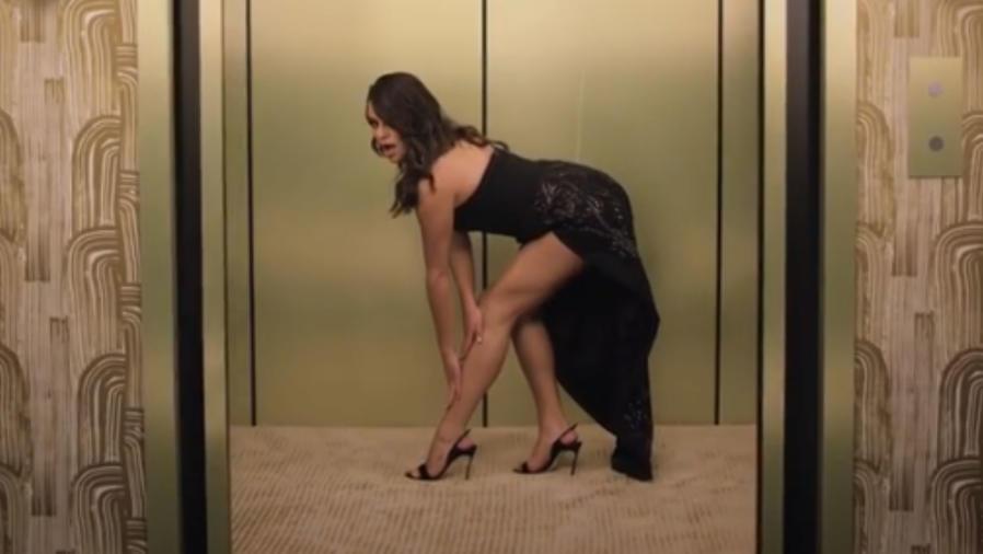 Lea Michele en un elevador
