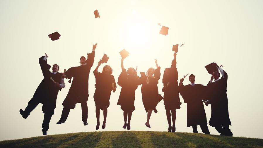 Graduados celebrando