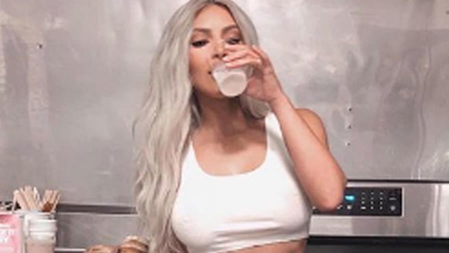 Kim Kardashian toma leche