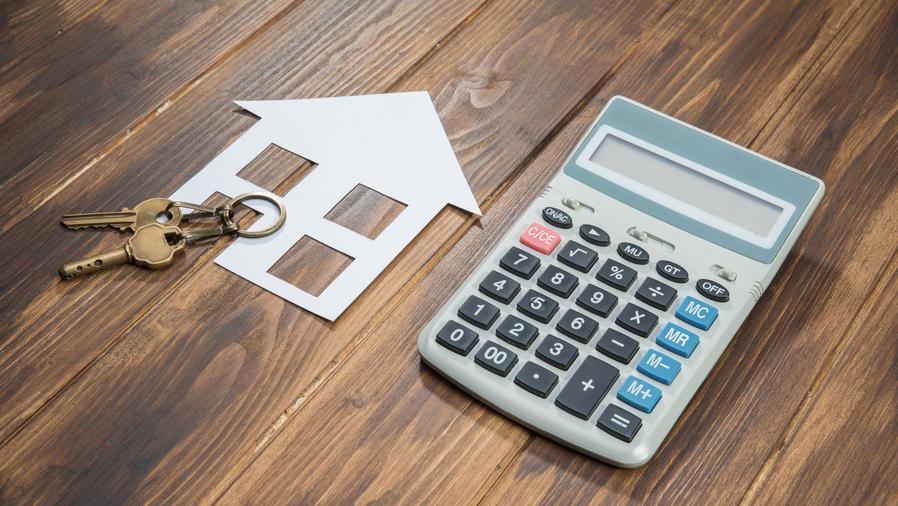 Llaves de una casa y calculadora