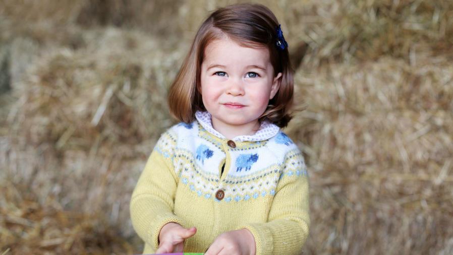 Princesa Charlotte abriendo regalos