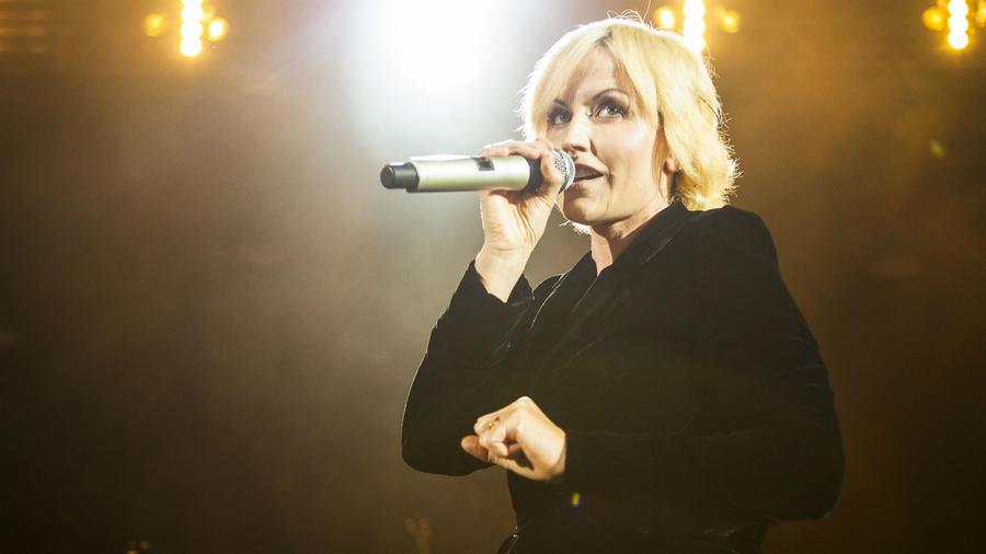 Dolores O'Riordan cantando