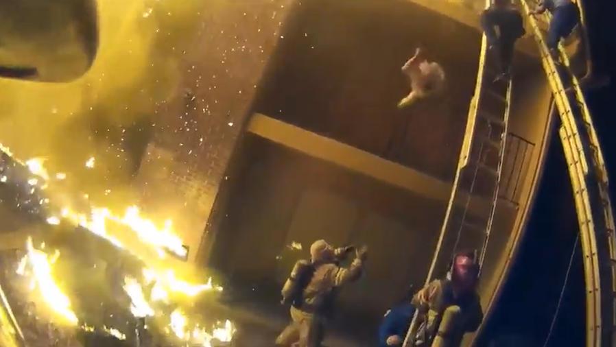 Atrapa con sus brazos a una niña que cae desde un balcón en llamas (VIDEO)