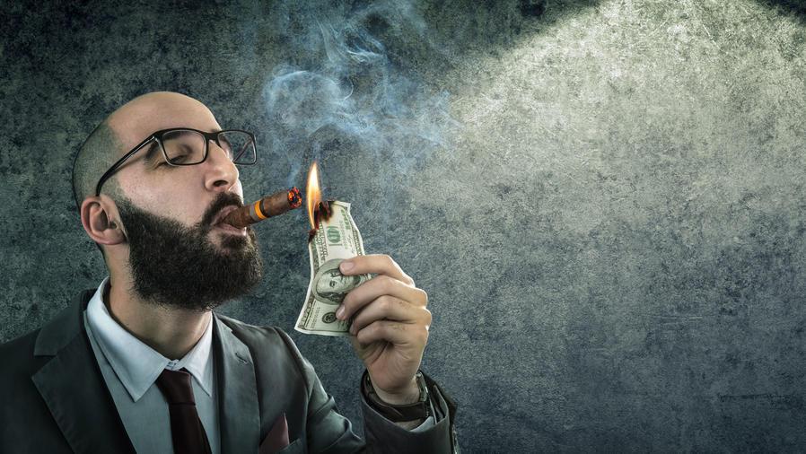 Hombre joven fumando puro