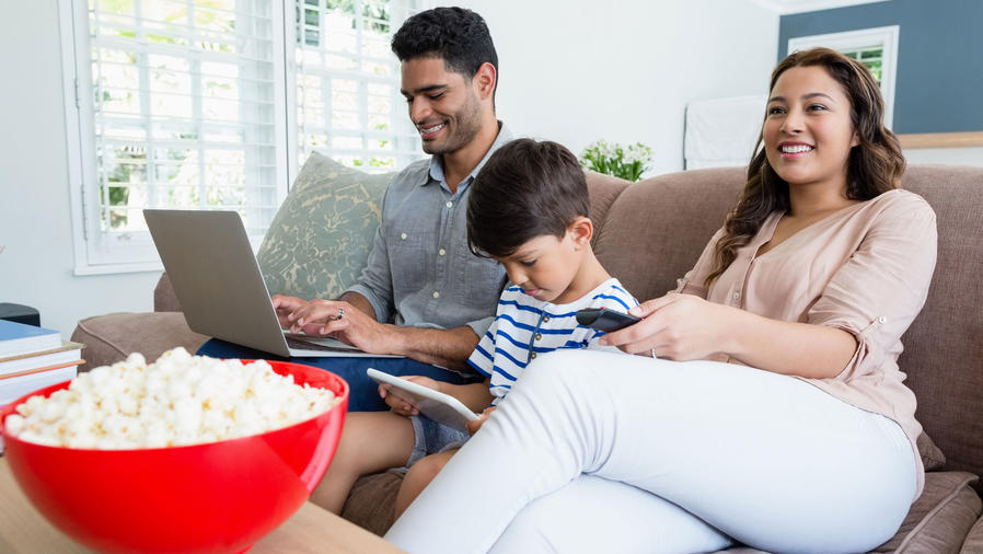 Familia con pantallas