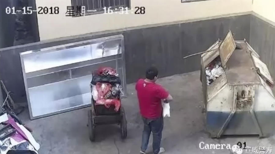 Un hombre tira a un bebé a la basura (VIDEO)
