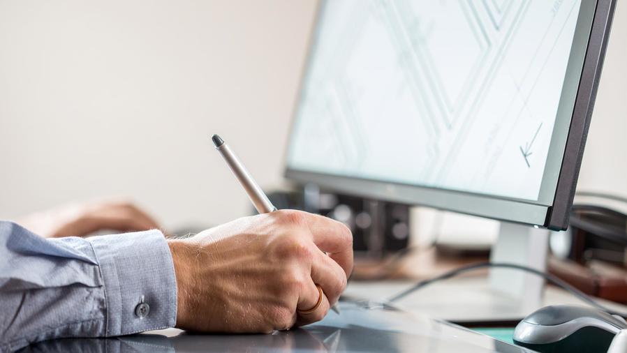 Hombre dibujando por computadora