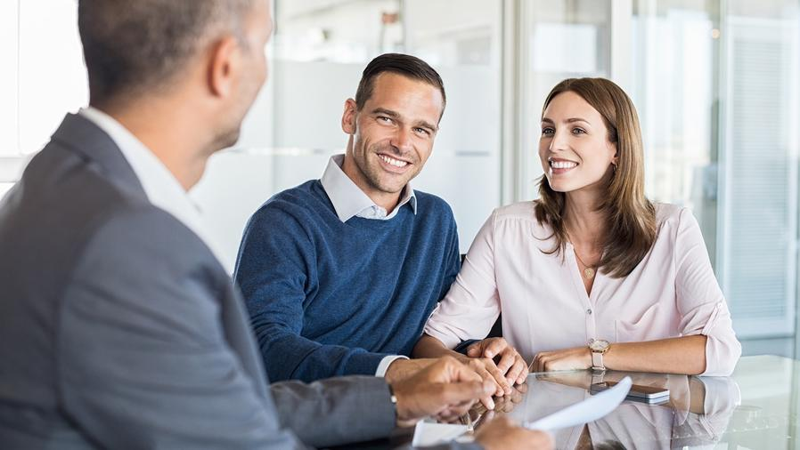 Pareja en reunión con asesor financiero