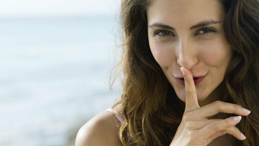 Mujer con el dedo sobre la boca
