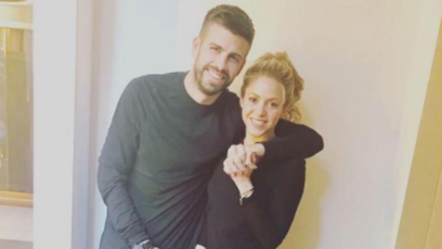 Gerard Piqué abrazando a Shakira