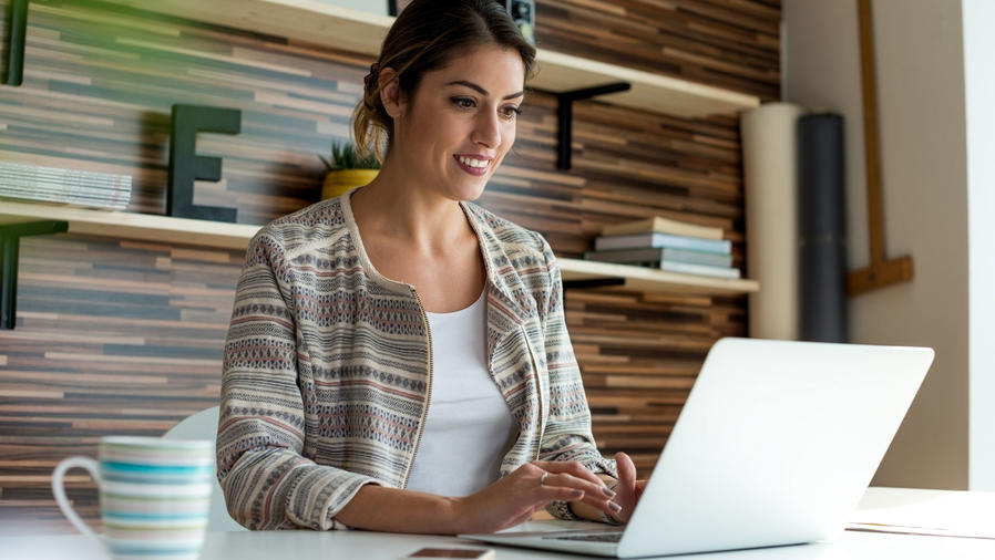 Mujer joven con laptop