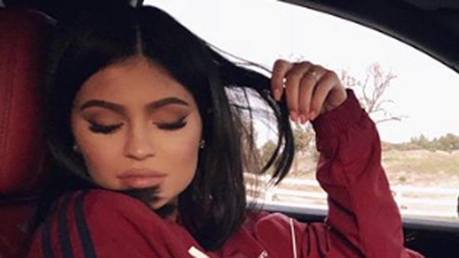 Kylie Jenner con los ojos cerrados