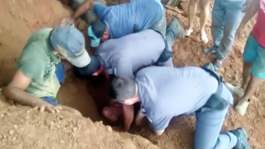 Emocionante rescate de una niña que estaba enterrada un metro bajo tierra (VIDEO)