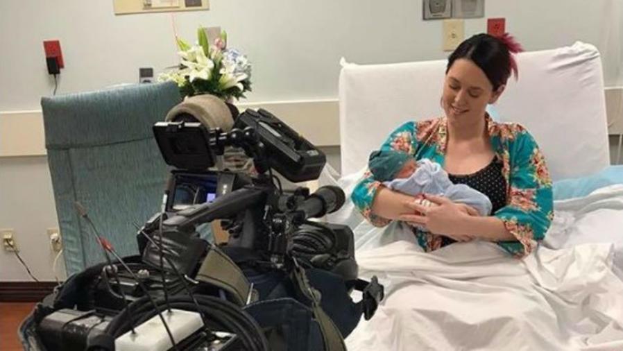 Mujer con su bebé en el hospital