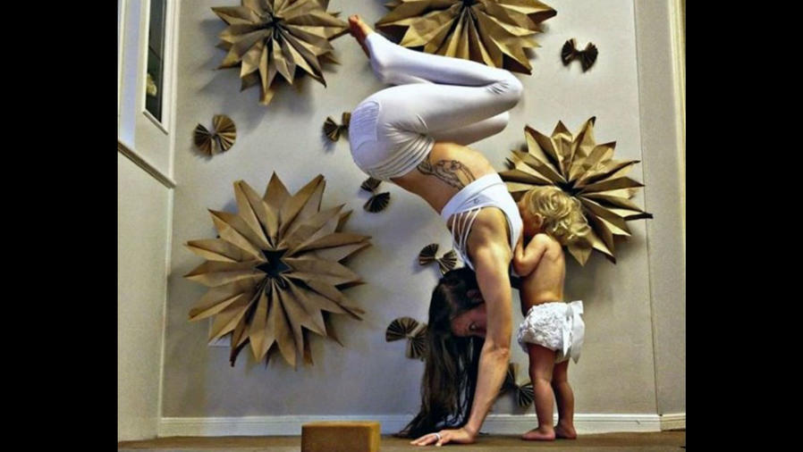 Mamá haciendo yoga y amamantando
