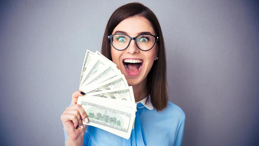 Mujer feliz con dinero