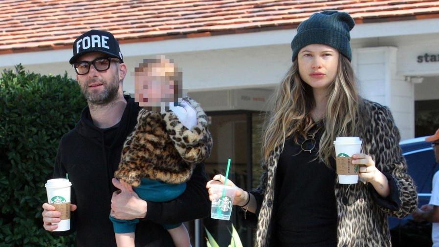 Adam Levine y Behati Prinsloo con su hija Dusty Rose