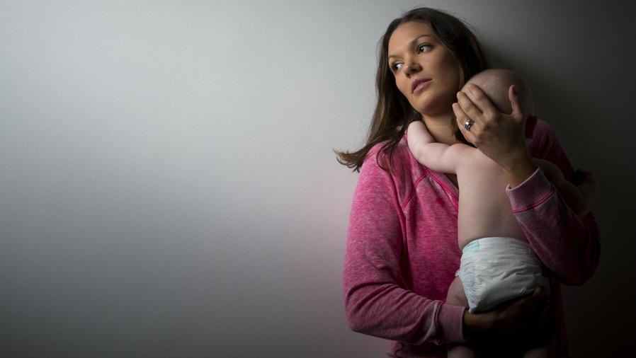 Mamá cargando a su bebé