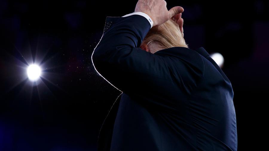 Trump se toca el pelo y enseña su calva durante conferencia de CPAC