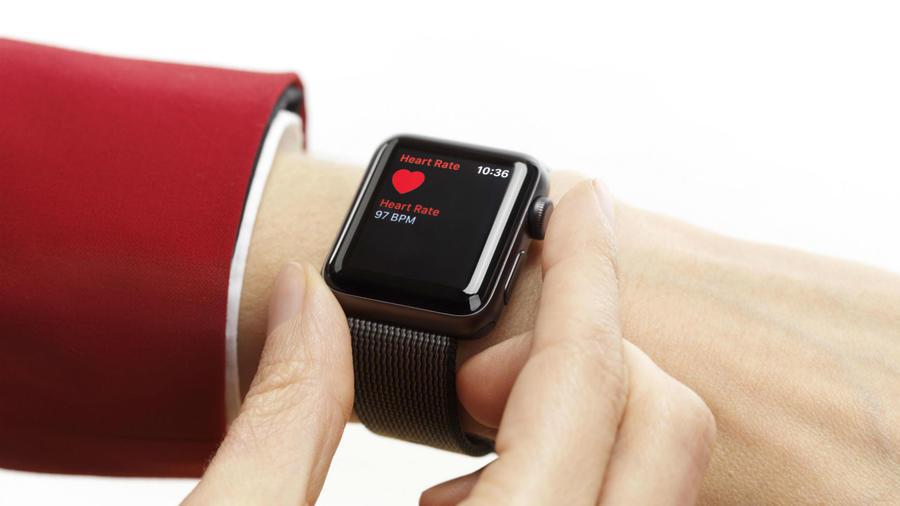 Mujer usando Apple Watch