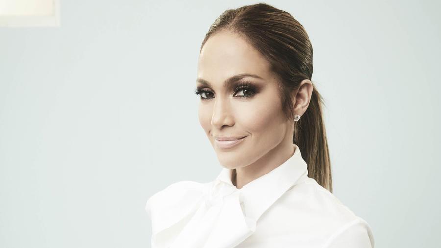 Jennifer Lopez posando