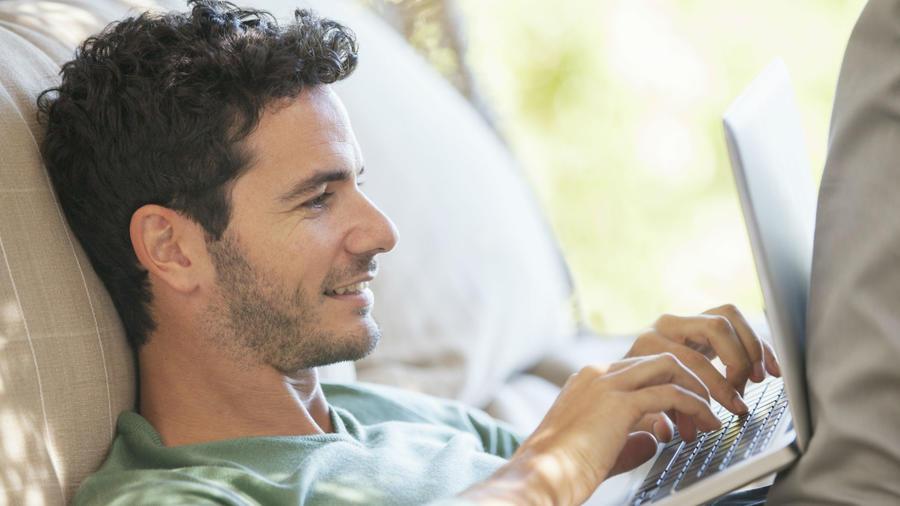 Hombre mirando su computadora