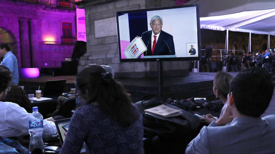 Periodistas siguen el debate presidencial este domingo en México,