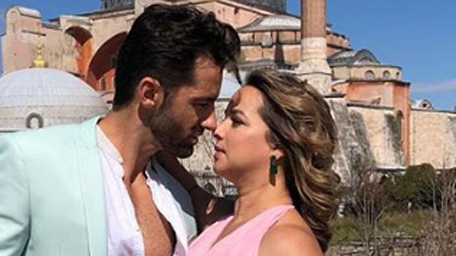 Toni Costa y Adamari López abrazados