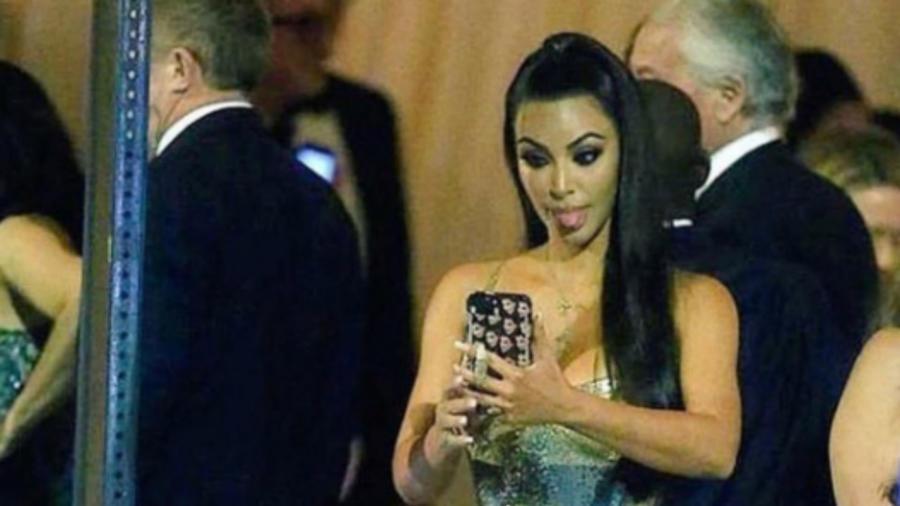 Kim Kardashian con la lengua de fuera