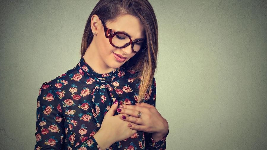 Mujer con mano en el pecho
