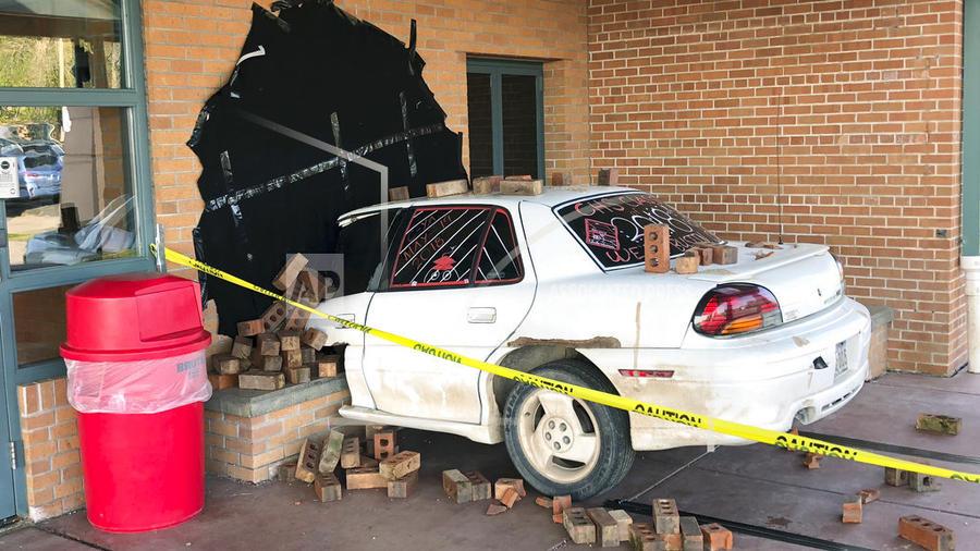 Simulación estudiantil de un accidente de carro en una escuela de Wisconsin.
