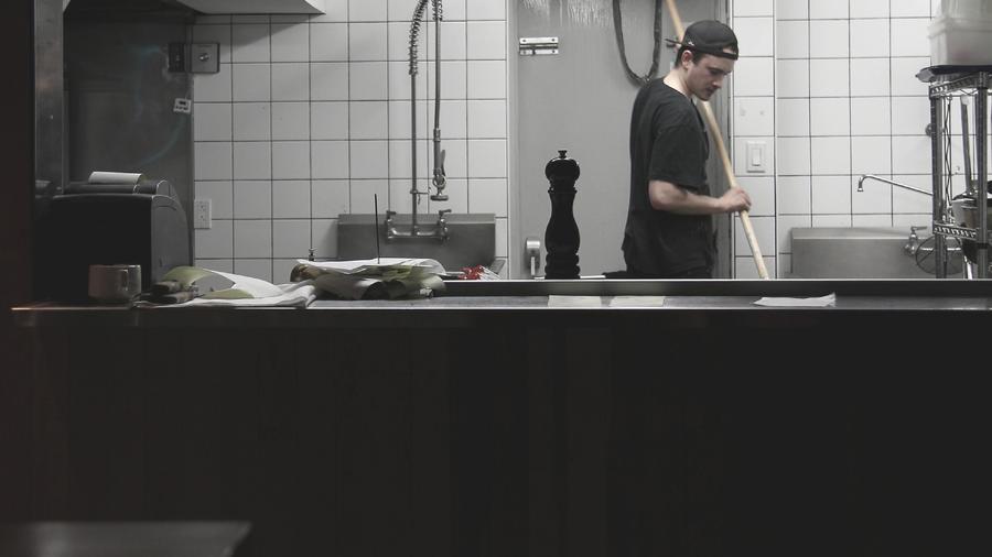 El video muestra a una mujer y a un empleado de Tim Hortons discutiendo. Después de unos segundos se ve como la clienta se baja los pantalones y en un vaso de la tienda comienza a defecar.