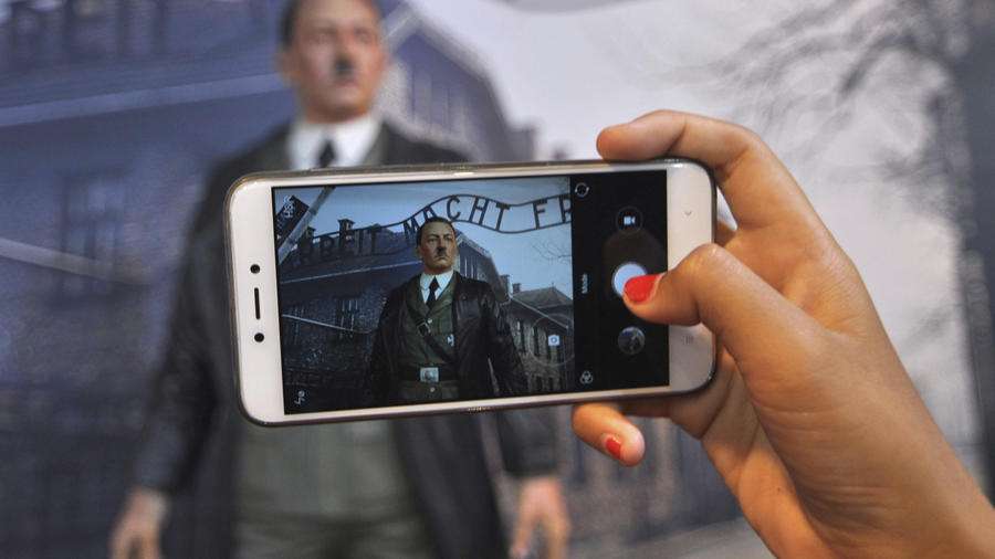 Un visitante fotografía una estatua de cera de Hitler en Indonesia.