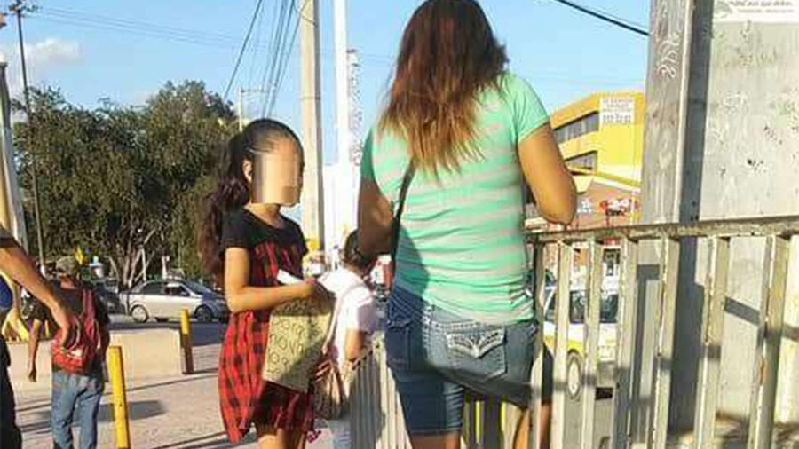 Madre obliga hija a vender chicles