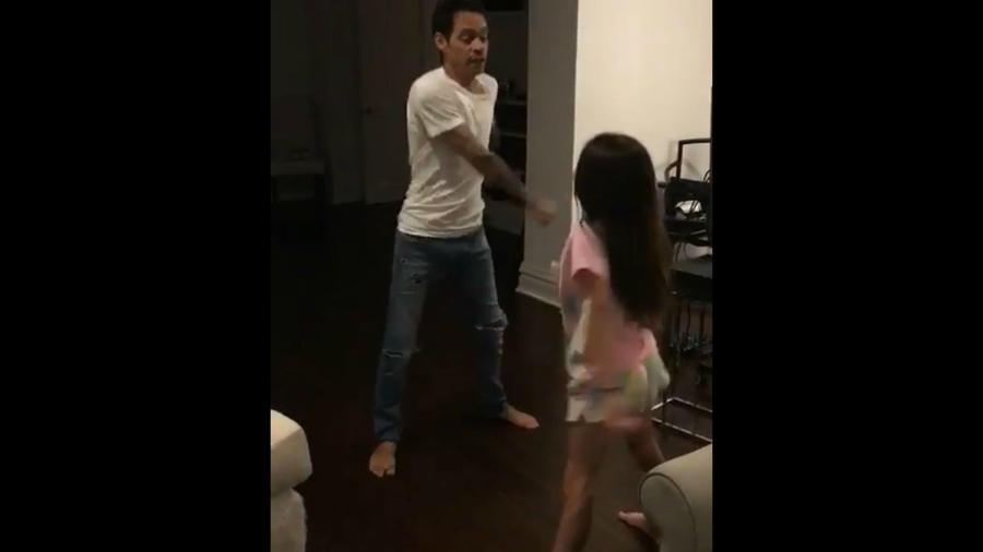 Marc Anthony bailando con Emme