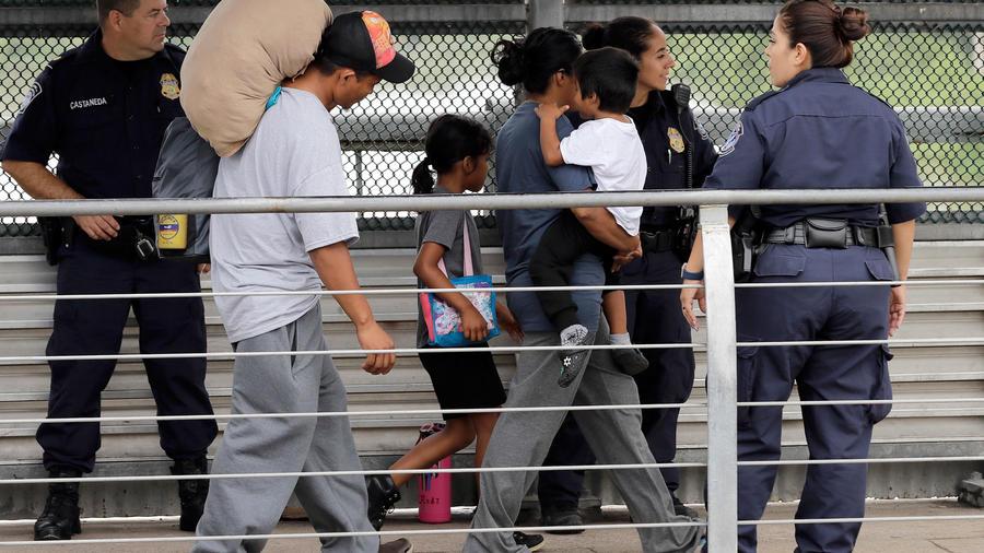 Una pareja de inmigrantes es escoltada junto con sus hijos de vuelta a México el 21 de junio de 2018. Los padres de familia planeaban pedir asilo en EEUU pero al saber que los separarían de sus hijos decidieron devolverse a su país.