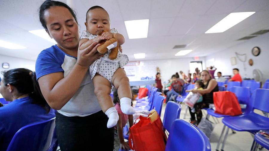 Una madre indocumentada con su bebé en el Centro Catholic Charities en McCallen, Texas en junio de 2018