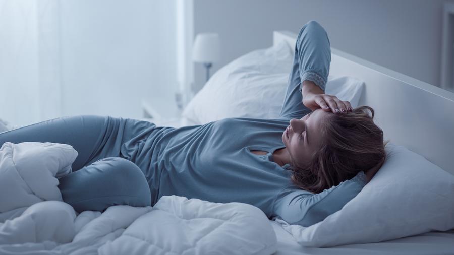 Mujer en la cama con insomnio