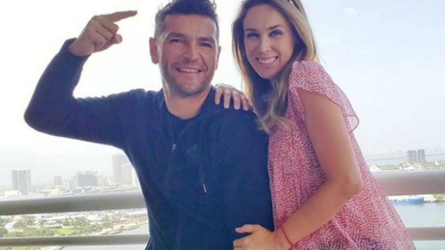 Jacky Bracamontes con su esposo