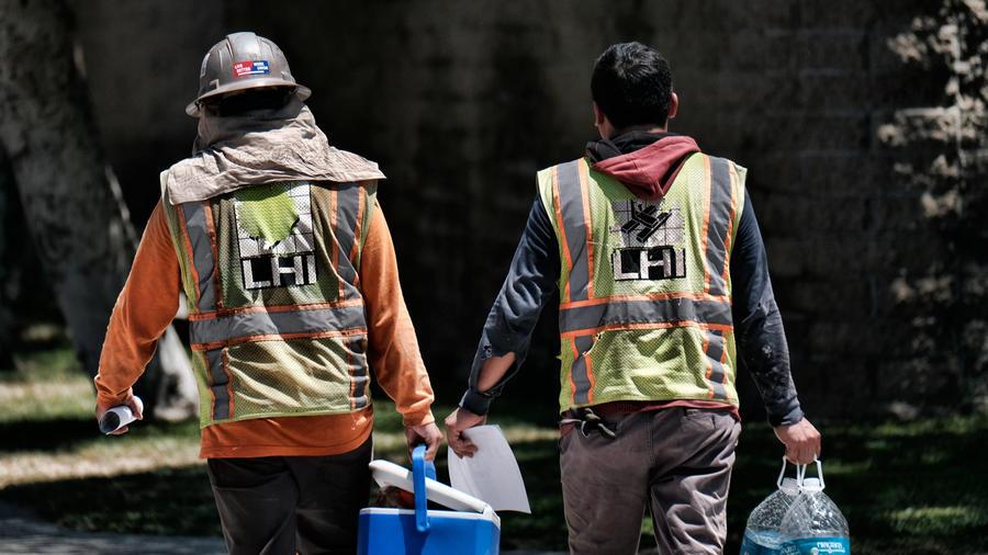 Trabajadores de la construcción en su tiempo de almuerzo en una imagen de archivo