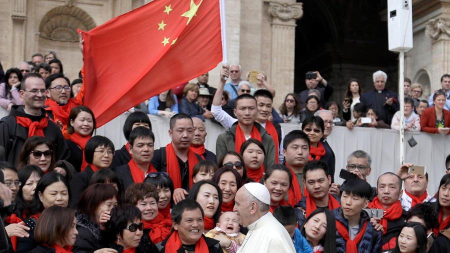 Una delegación de chinos en el Vaticano saluda al papa en una imagen de archivo tomada en abril de 2018