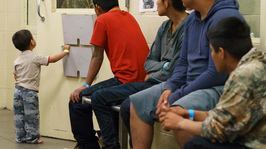 Foto de archivo de inmigrantes indocumentados a la espera de ser procesados
