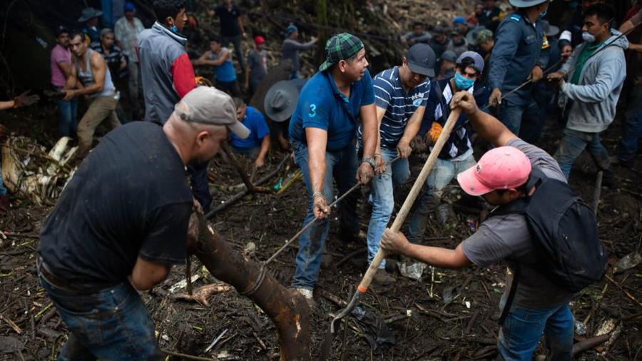 Locales remueven este lunes los escombros en busca de personas desaparecidas.