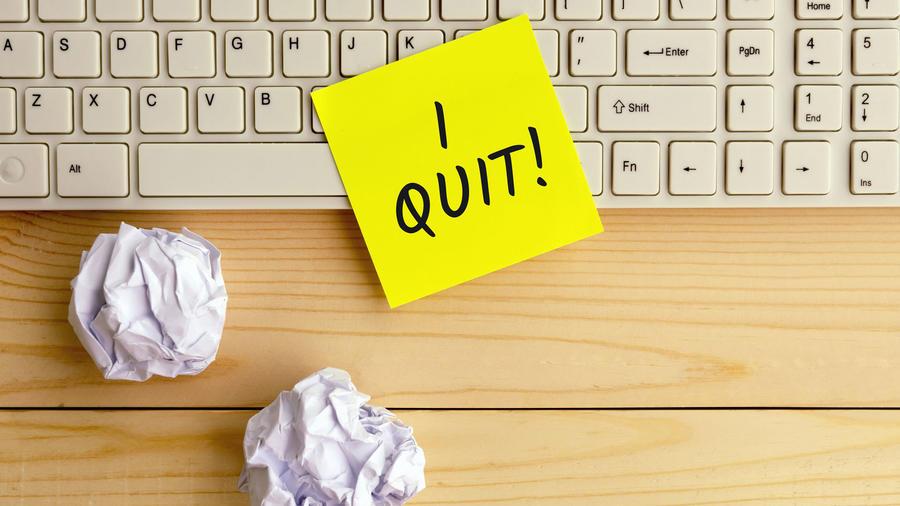 """Post-It de """"I quit"""" sobre el teclado"""