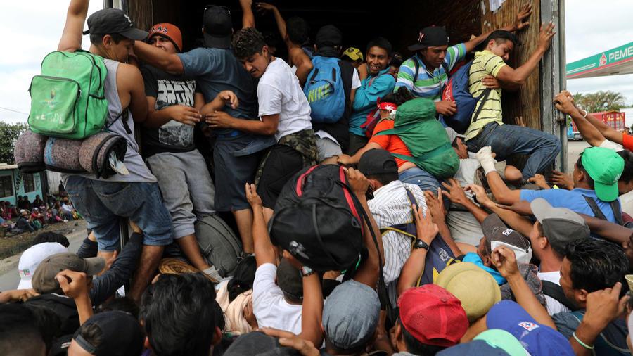 Migrantes hacinados en México avanzan penosamente hacia a EEUU
