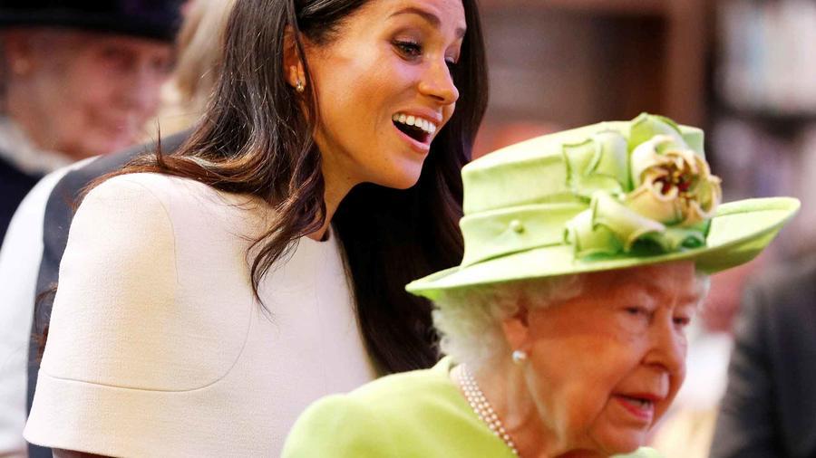 Meghan Markle junto a la reina Isabel II.