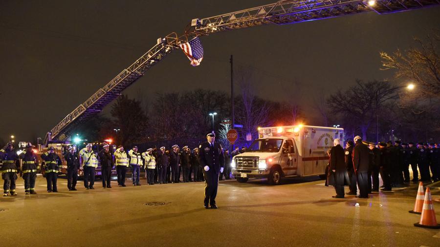 Oficiales de la policía de Chicago y del cuerpo de bomberos rinden homenaje al oficial Samuel Jímenez