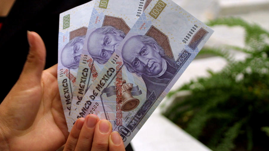 Fotografía de archivo de los billetes de 1.000 pesos, moneda de México