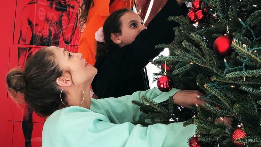 Jennifer Lopez poniendo el arbolito de Navidad