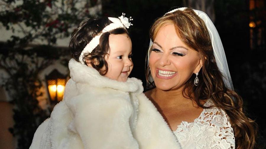 Jacqie Rivera en brazos de Jenni Rivera